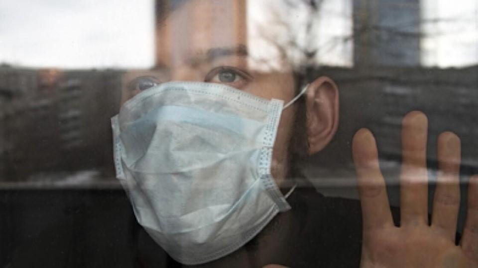 мужчина в маске коронавирус