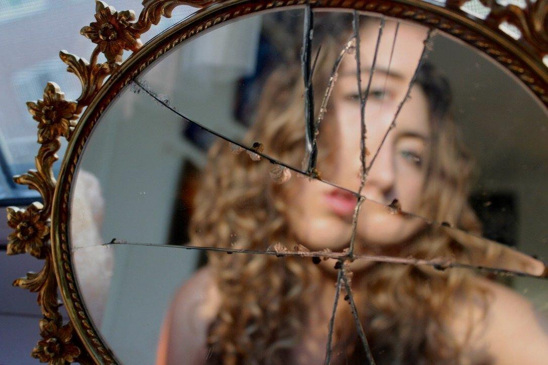 Народні прикмети про дзеркала. Які небезпеки вони в собі таять
