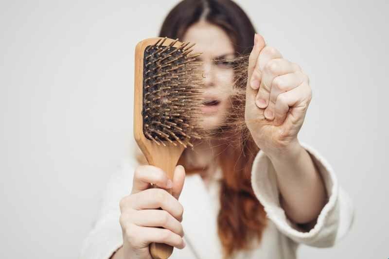 Лікар трихолог розповіла про причини випадіння волосся у жінок