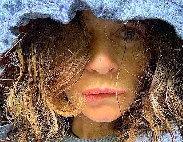 51-річна Оксана Фандера вирішила відростити сиве волосся і виглядати повністю природною