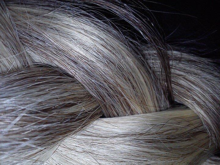 Чому сивіє волосся і що робити?