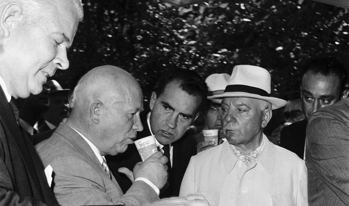 Знамениті фото: Микита Хрущов вперше пробує лимонад «Пепсі» і каже, що московська вода краще