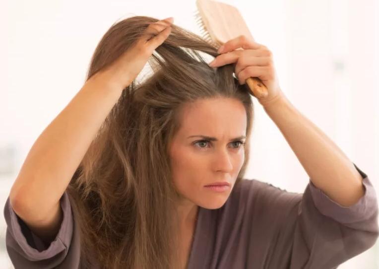 Сиве волосся в 30? Чому і як з цим боротися?