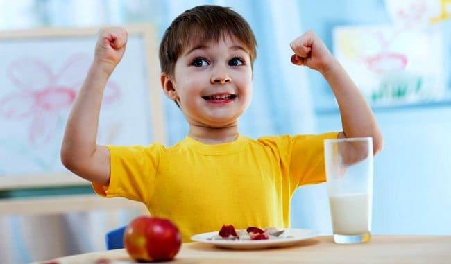 Активна дитина перед порожньою тарілкою