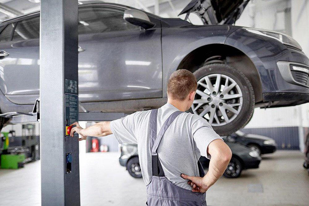 Диагностика автомобиля работником автосервиса