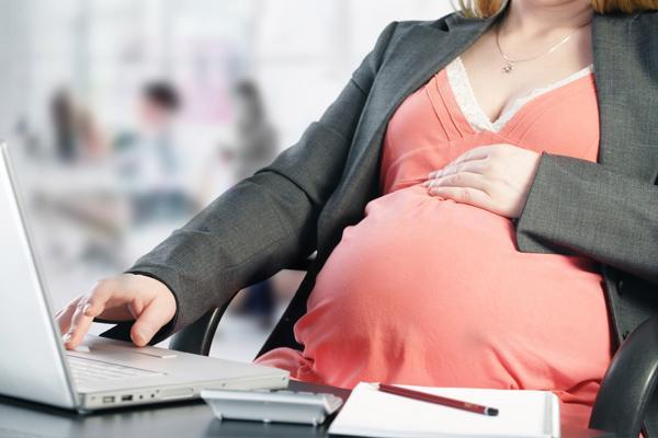 вагітна дівчина на роботі
