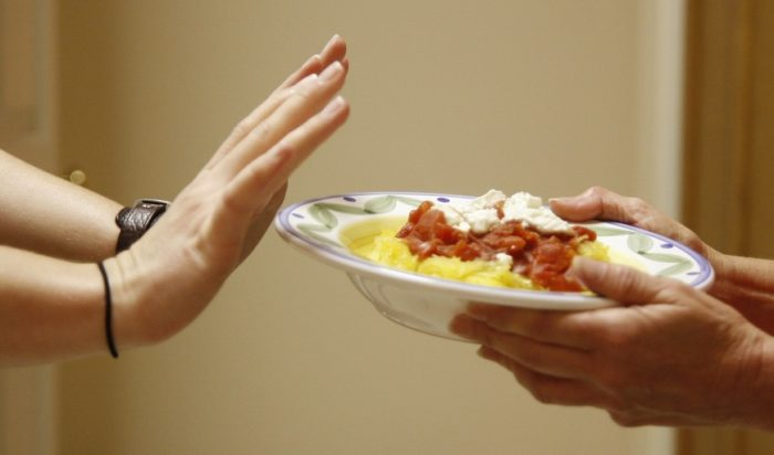 Хворий з нервовою анорексією може повністю відмовитися від їжі.