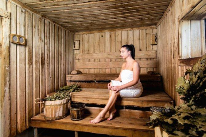 Хворому артритом слід відвідувати баню і робити масаж