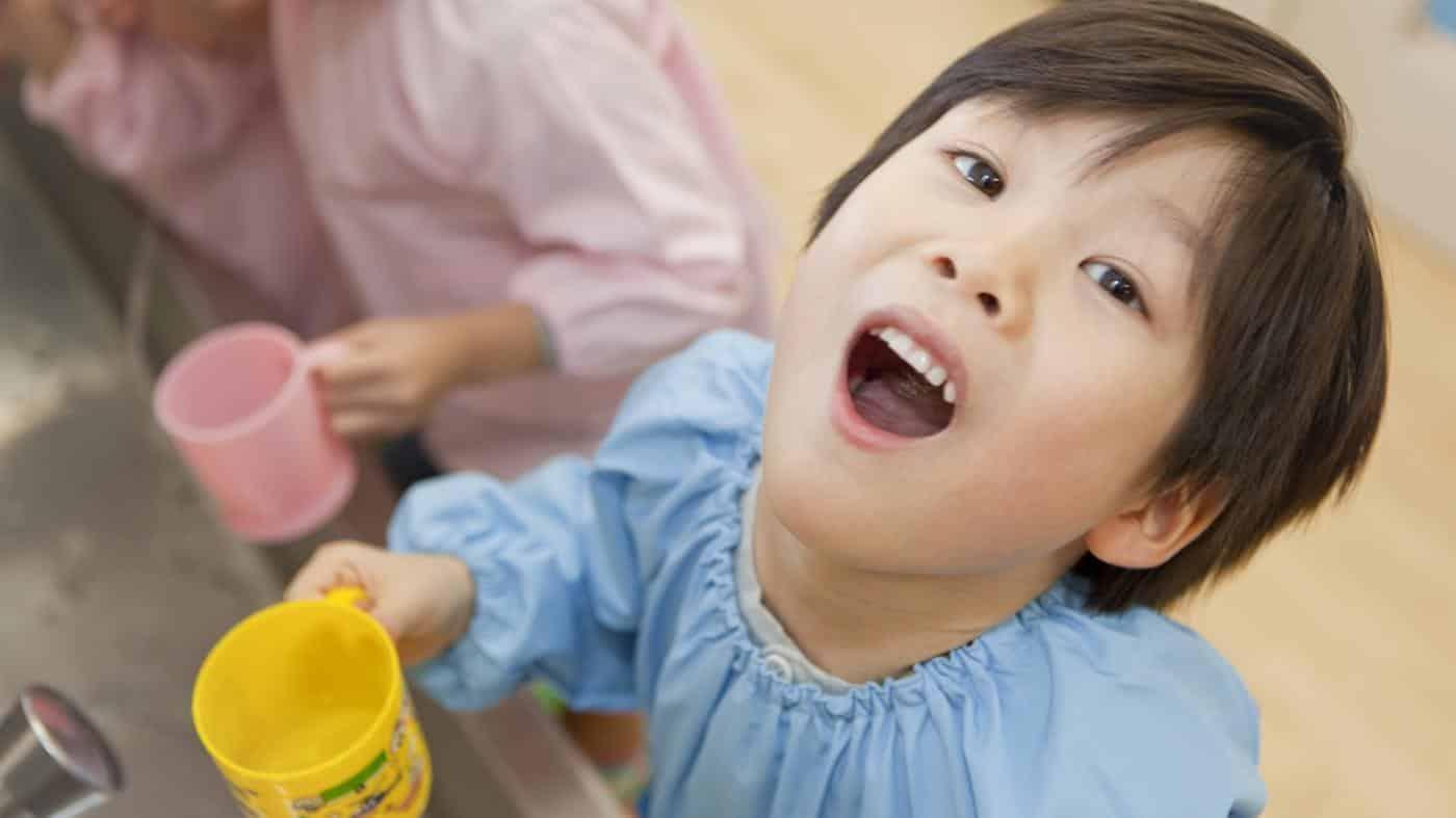 Чим полоскати хворе горло дітям?