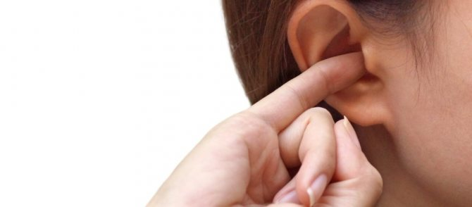 свербить вухо
