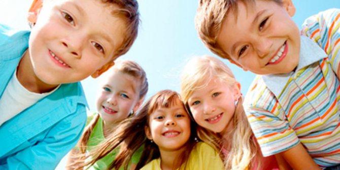 діти посміхаються