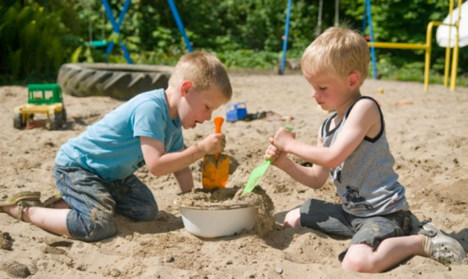 діти в пісочніці