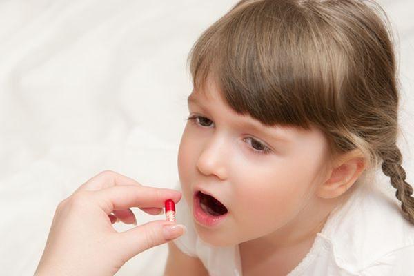 дівчинка з таблеткою