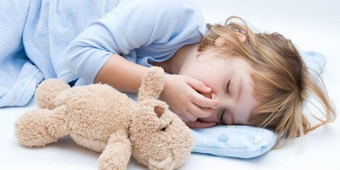 дівчинка спить