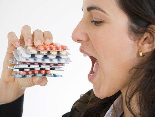 дівчина їсть таблетки