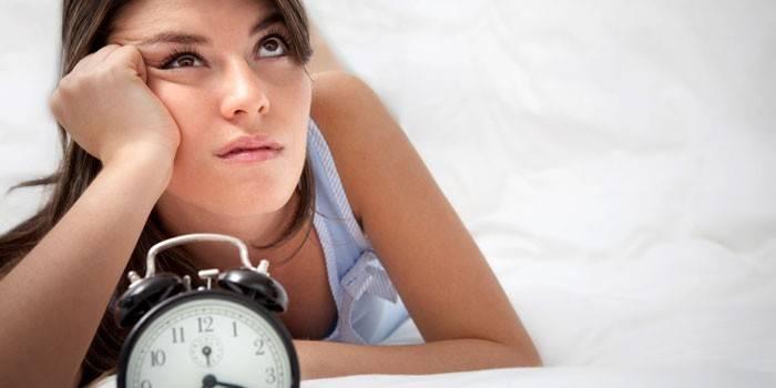 Дівчина і будильник