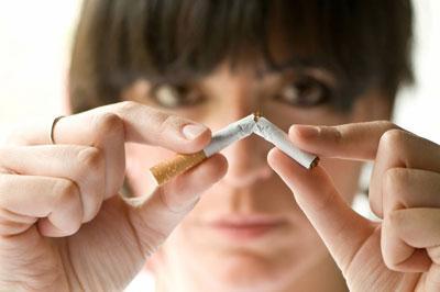 Дівчина ламає сигарету