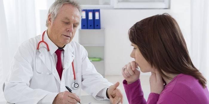 Дівчина на прийомі у лікаря