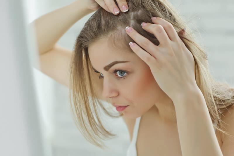 Дівчина Розглядає волосся