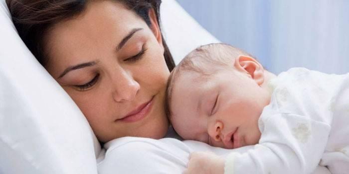 Дівчина з немовлям