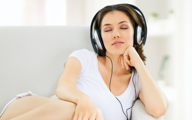 Дівчина в навушники