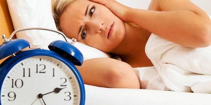 Дівчина в ліжку і годинник