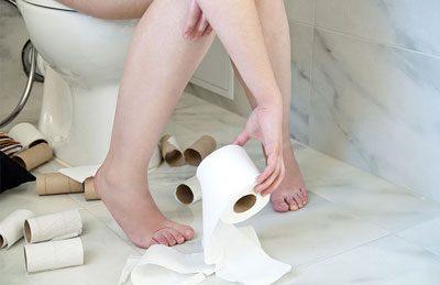 Дівчина в туалеті
