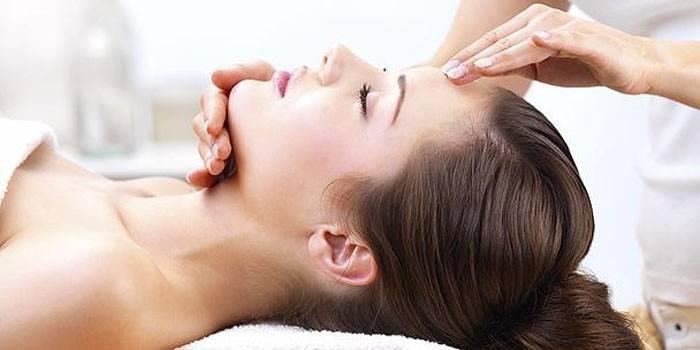 Дівчині роблять масаж обличчя