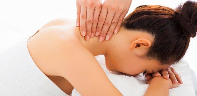 Дівчіні роблять масаж шії