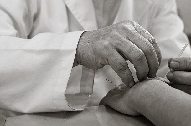 доктор в халаті
