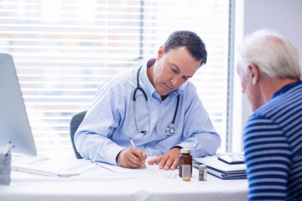 Доктор виписує рецепт пацієнту