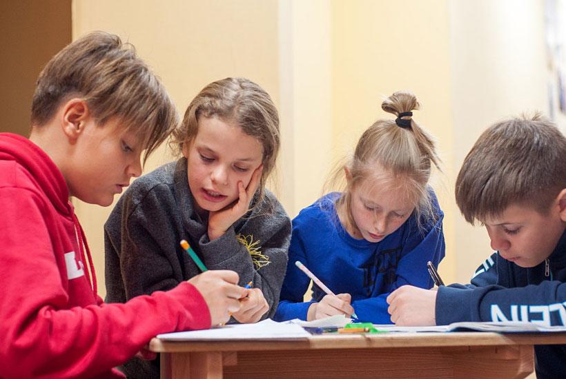 """Заняття у приватній школі """"Базис"""": діти на додатковому занятті"""