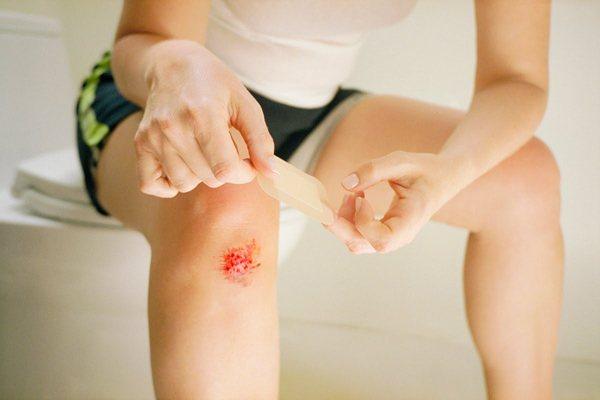 Ефективне лікування в домашніх умовах удару коліна при падінні