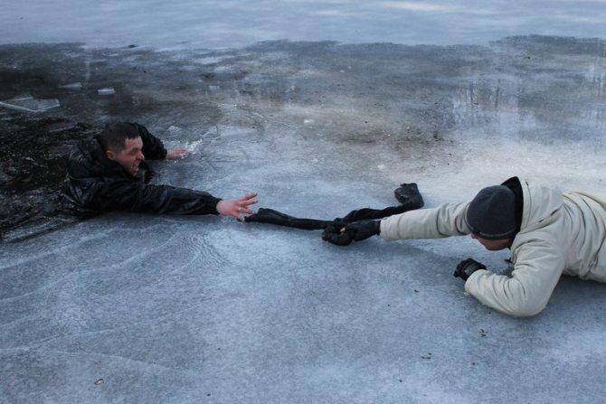 Якщо людина провалився під лід,