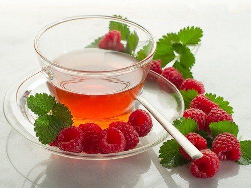 Гарячий чай з малиною і медом