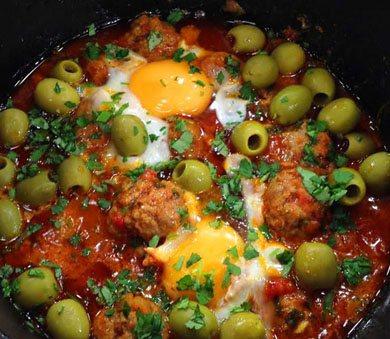Яловичі фрикадельки з яйцями і оливками