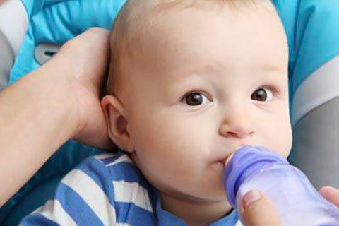 немовля п'є з пляшки