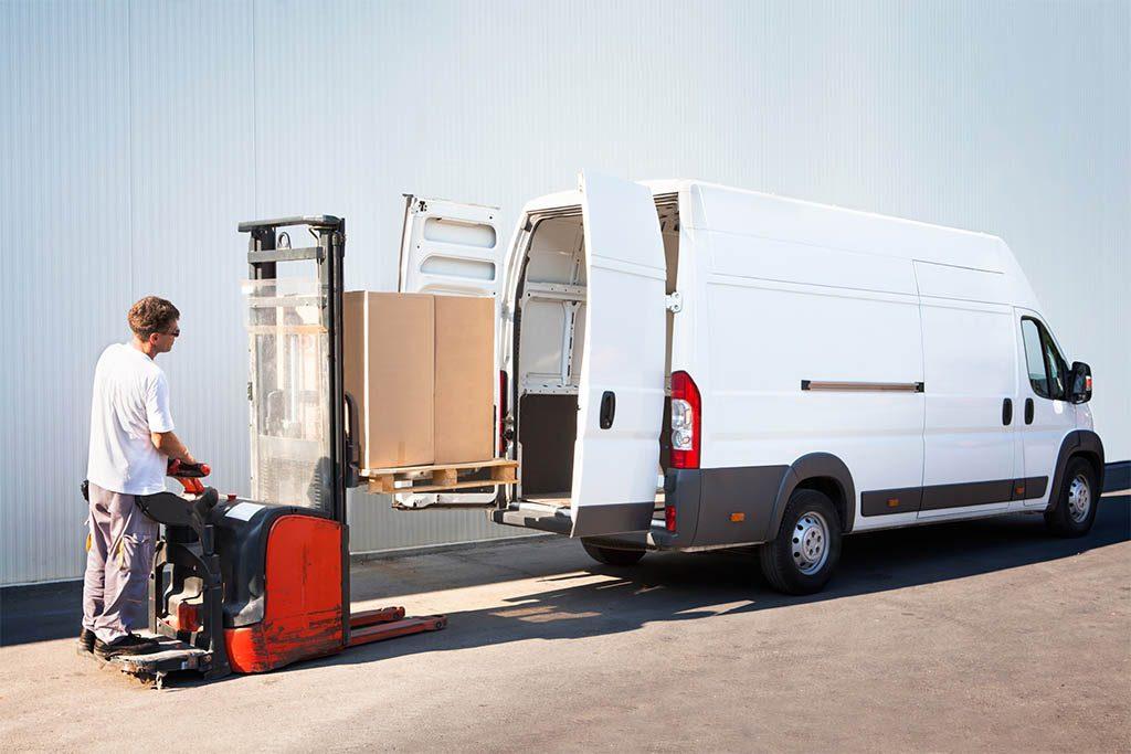 Услуги грузового такси: процесс погрузки