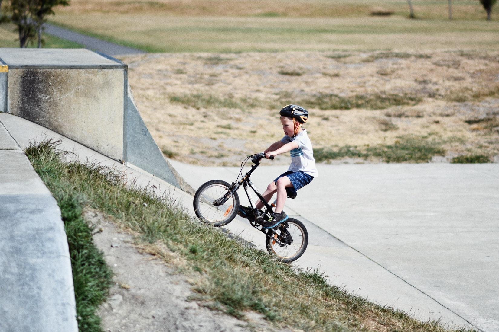 Ребенок катается на велосипеде