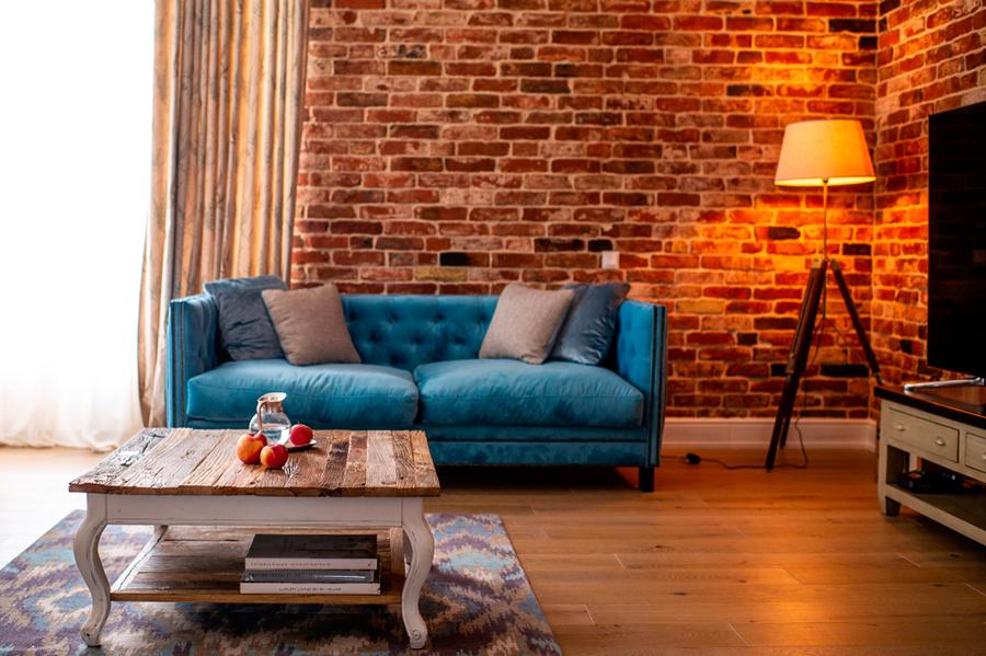Фотообои в интерьере гостиной (красная кирпичная кладка)