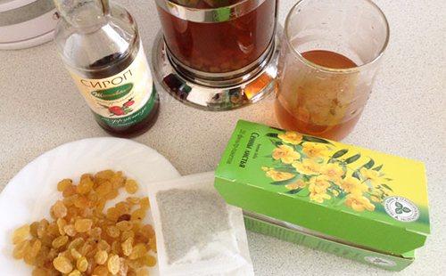 Коктейль з листя, родзинок і сиропу