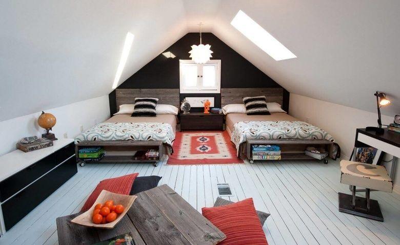 Интерьер комнаты дома с мансардой