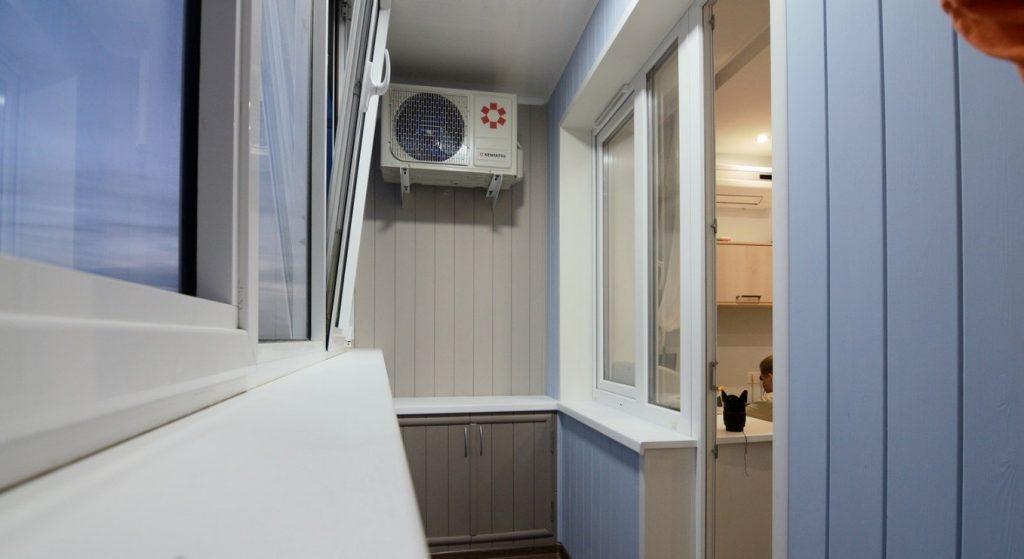 Блок кондиционера размещенного на балконе