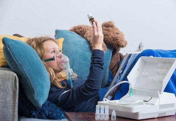 Лікування дитини с помощью інгалятора