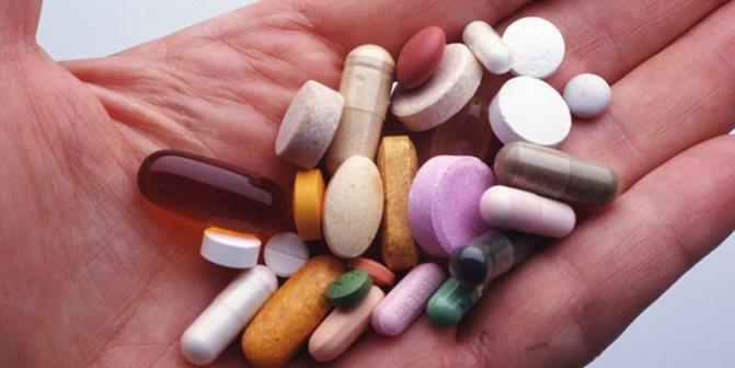 Лікарські препарати на долоні