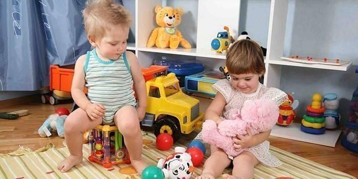 Хлопчик и дівчинка в Дитячій кімнаті
