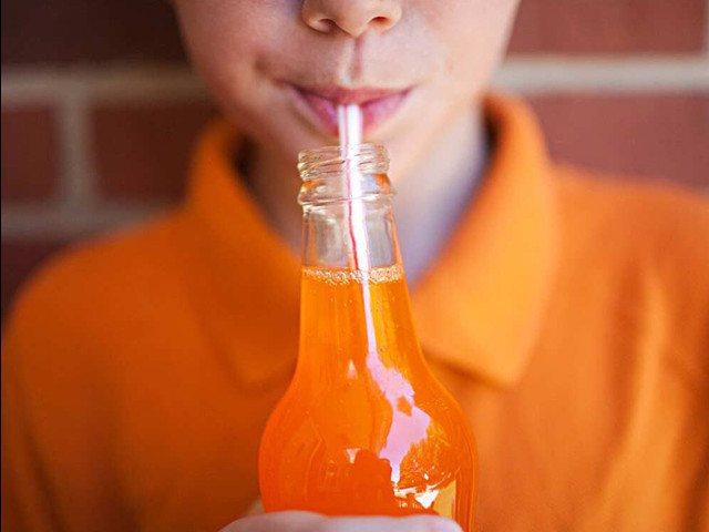 хлопчик п'є