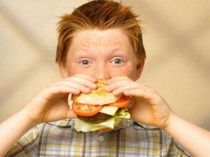 Хлопчик з хот-догом