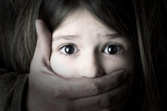 Маленькій дівчинці закрили рот.