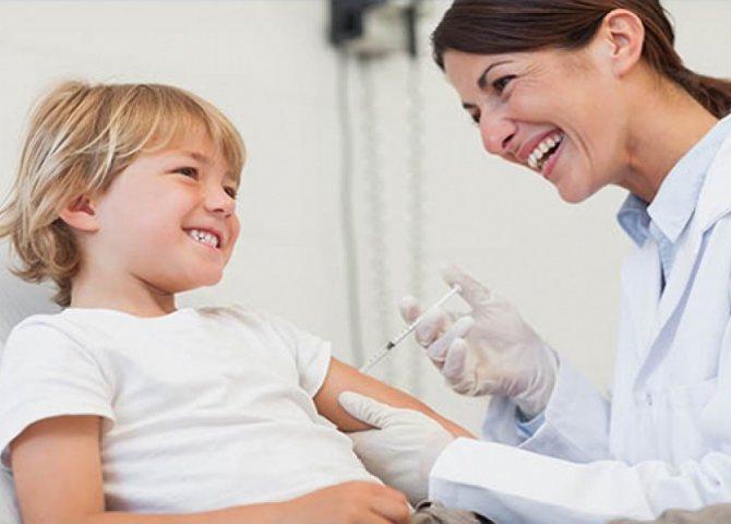 малюкові лікар робить укол в плече